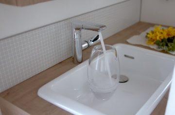 TOTO ドレーナ 水栓の位置が高い