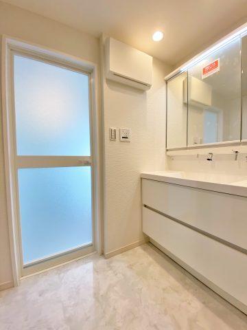 モダン 洗面室 ホワイト