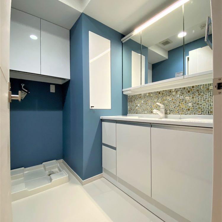 洗面室 ブルー アクセントクロス
