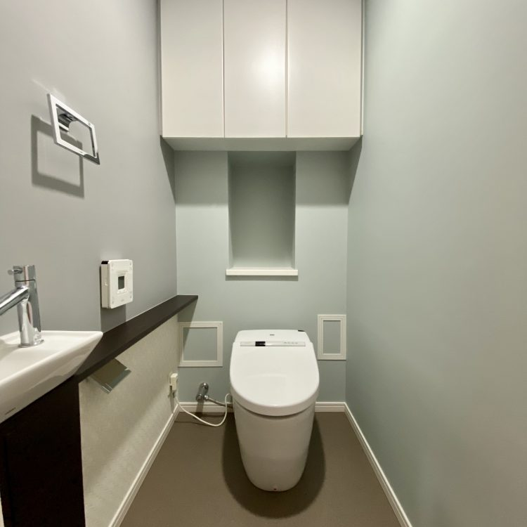 ブルーグレー アクセントクロス トイレ